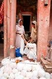 Jaipur, India - Jule 29: Het kopen van vrouwen garen in een straatmarkt op Jule 29, 2011, Jaipur, India Stock Afbeelding