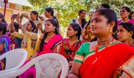 JAIPUR INDIA, LUTY, - 25, 2017: Grupa kobiety odwiedza centrum dla kobiety upełnomocnienia w Jaipur, India Obrazy Royalty Free