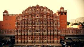 JAIPUR, INDIA - 9 NOVEMBRE 2017: Facciata del palazzo di Hawa Mahal in India archivi video
