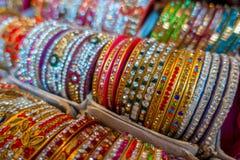 Jaipur, India - September 20, 2017: Kleurrijke Indische die polsarmbanden in stapels op vertoning bij een winkel worden gestapeld Royalty-vrije Stock Afbeelding