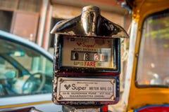 Jaipur, India - September 20, 2017: Oude en roestige autorikshaw die geen meter werken Royalty-vrije Stock Foto's