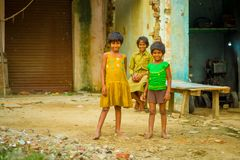 Jaipur, India - September 20, 2017: Portret van kinderen, die een gele vuile blouse en een groene t-shirt dragen en bruin Royalty-vrije Stock Fotografie