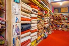 JAIPUR, INDIA - 19 SETTEMBRE 2017: Vista dell'interno del deposito del tessuto, con un bello mercato variopinto del tessuto indiv Fotografie Stock