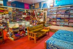 JAIPUR, INDIA - 19 SETTEMBRE 2017: Vista dell'interno del deposito del tessuto, con un sofà in mezzo al locale, con la a Fotografie Stock