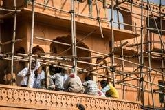 JAIPUR INDIA, STYCZEŃ, - 12, 2018: Mężczyzna budowniczowie są odpoczynkowi rusztowanie Naprawa historyczni budynki obraz stock