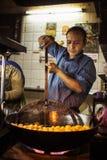 JAIPUR INDIA, STYCZEŃ, - 10, 2018: Mężczyzna jest kulinarnymi tradycyjnymi Indiańskimi cukierkami Fotografia Stock