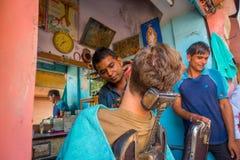 Jaipur India, Wrzesień, - 20, 2017: Fryzjer męski goli mężczyzna używa otwartego żyletki ostrze na ghats w Jaipur Fotografia Royalty Free
