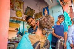 Jaipur India, Wrzesień, - 20, 2017: Fryzjer męski goli mężczyzna używa otwartego żyletki ostrze na ghats w Jaipur Obraz Stock