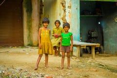 Jaipur India, Wrzesień, - 20, 2017: Portret dwa pięknej dziewczyny ściska i ono uśmiecha się, jest ubranym kolor żółty brudną blu Zdjęcie Royalty Free