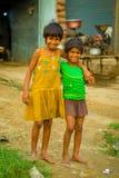 Jaipur India, Wrzesień, - 20, 2017: Portret dwa pięknej dziewczyny ściska i ono uśmiecha się, jest ubranym kolor żółty brudną blu Fotografia Royalty Free