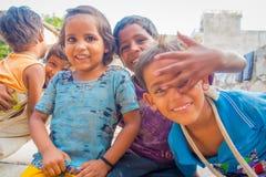 Jaipur India, Wrzesień, - 20, 2017: Portret piękna grupa ono uśmiecha się i bawić się w ulicie w Jaipur dzieci, Zdjęcia Stock