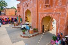 Jaipur India, Wrzesień, - 20, 2017: Zamyka up samochody, motocykl krzyżuje wschodnią bramę, Różowy miasto, Jaipur w India Obrazy Royalty Free