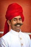 JAIPUR INDIEN - APRIL 01, 2012: Odefinierad le man med mustaschen som utformas som maharaja, Jaipur, Indien Royaltyfri Bild