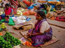 JAIPUR, INDIEN - 25. AUGUST 2017: Indische Frauen verkauft sortiertes Lebensmittel in den Straßen in Jaipur, Indien In Indien-Arm Lizenzfreie Stockfotos