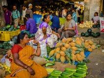 JAIPUR, INDIEN - 25. AUGUST 2017: Indische Frauen verkauft sortiertes Lebensmittel in den Straßen in Jaipur, Indien In Indien-Arm Stockbilder