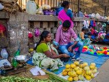 JAIPUR, INDIEN - 25. AUGUST 2017: Indische Frauen verkauft sortiertes Lebensmittel in den Straßen in Jaipur, Indien In Indien-Arm Lizenzfreie Stockbilder
