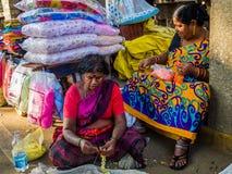 JAIPUR, INDIEN - 25. AUGUST 2017: Indische Frauen verkauft sortiertes Lebensmittel in den Straßen in Jaipur, Indien In Indien-Arm Lizenzfreie Stockfotografie
