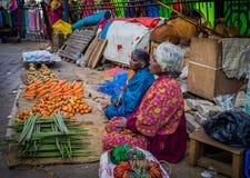 JAIPUR, INDIEN - 25. AUGUST 2017: Indische Frauen verkauft sortiertes Lebensmittel in den Straßen in Jaipur, Indien In Indien-Arm Lizenzfreies Stockfoto