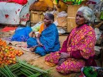 JAIPUR, INDIEN - 25. AUGUST 2017: Indische Frauen verkauft sortiertes Lebensmittel in den Straßen in Jaipur, Indien In Indien-Arm Stockfotos