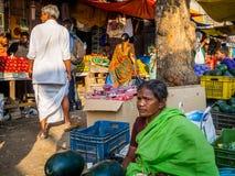 JAIPUR, INDIEN - 25. AUGUST 2017: Indische Frauen verkauft sortiertes Lebensmittel in den Straßen in Jaipur, Indien In Indien-Arm Lizenzfreies Stockbild