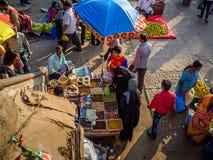 JAIPUR, INDIEN - 25. AUGUST 2017: Vogelperspektive von indischen Frauen verkauft sortiertes Lebensmittel in den Straßen in Jaipur Stockbilder