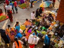 JAIPUR, INDIEN - 25. AUGUST 2017: Vogelperspektive von indischen Frauen verkauft sortiertes Lebensmittel in den Straßen in Jaipur Stockbild