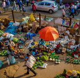 JAIPUR, INDIEN - 25. AUGUST 2017: Vogelperspektive von indischen Frauen verkauft sortiertes Lebensmittel in den Straßen in Jaipur Lizenzfreie Stockfotografie