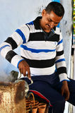 Jaipur, Indien - 30. Dezember 2014: Auslaufender Milchtee des indischen Mannes in den Terrakottatonwaren Stockbild