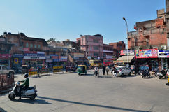 Jaipur, Indien - 29. Dezember 2014: Indische Leute auf Straße des Jaipurs Lizenzfreies Stockbild