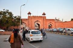Jaipur, Indien - 29. Dezember 2014: Leute am Haupttor zu Indra Bazar in Jaipur Stockbilder