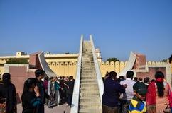 Jaipur, Indien - 29. Dezember 2014: Leutebesuch Jantar Mantar-Observatorium Lizenzfreies Stockbild