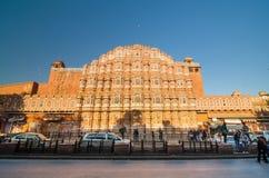 Jaipur, Indien - 29. Dezember 2014: Nicht identifizierter Touristenbesuch Hawa mahal Lizenzfreies Stockfoto