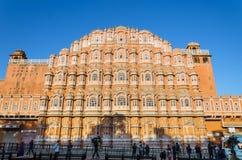 Jaipur, Indien - 29. Dezember 2014: Nicht identifizierter Touristenbesuch Hawa mahal Lizenzfreie Stockfotos