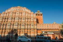 Jaipur, Indien - 29. Dezember 2014: Nicht identifizierter Touristenbesuch Hawa mahal Lizenzfreie Stockfotografie