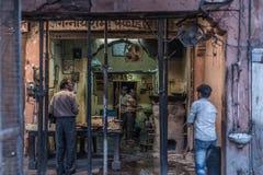 Jaipur Indien - Februari 5, 2017: matförsäljare och folk i en grungy gata på Jaipur, Rajasthan, berömd loppdestination i Ind arkivfoto
