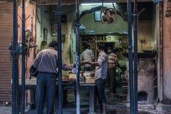 Jaipur Indien - Februari 5, 2017: matförsäljare och folk i en grungy gata på Jaipur, Rajasthan, berömd loppdestination i Ind royaltyfri bild
