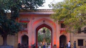 Jaipur Indien - Februari 5, 2017: Porten för stadsslottingång på Jaipur, huvudstad av Rajasthan, Indien royaltyfri foto