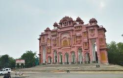 Jaipur, Indien - 3. Januar 2015: Indische Leute auf Straße der rosa Stadt, Jaipur Lizenzfreie Stockfotografie
