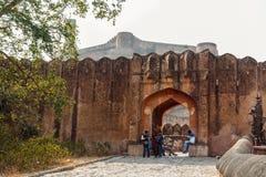 JAIPUR INDIEN - JANUARI 12, 2018: En av portarna i det forntida fortet Amer Historisk monument av den stora moguldynastin Fotografering för Bildbyråer
