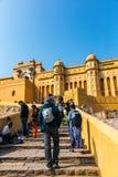 JAIPUR INDIEN - JANUARI 12, 2018: Turister klättrar stegen Amer Fort Royaltyfri Fotografi