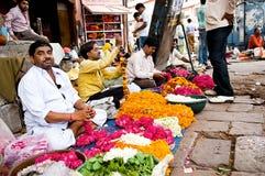 Jaipur, Indien - Jule 29: Männer, die bunte Blumengirlanden auf Jule 29, 2011, Jaipur, Indien verlegen Diese Blumen werden angebo Stockfotografie