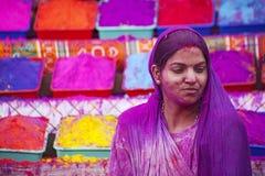JAIPUR, INDIEN - 17. MÄRZ: Leute bedeckt in der Farbe auf Holi festiv Stockbild