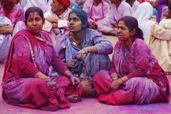 Folket som in täckas, målar på den Holi festivalen Arkivbilder