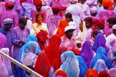 JAIPUR INDIEN - MARS 17: Folket som in täckas, målar på Holi festiv Arkivfoto