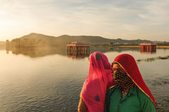 Jaipur Indien-mars 19, lokala kvinnor som 2013-A besöker slotten J Arkivfoton
