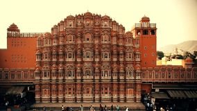 JAIPUR, INDIEN - 9. NOVEMBER 2017: Fassade von Hawa Mahal-Palast in Indien stock video