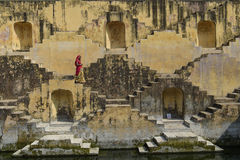 Jaipur Indien-November 09,2014: Lokala kvinnor som korsar stepwells av Royaltyfri Fotografi