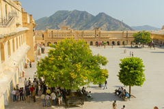 Jaipur Indien, november 10, 2011: Sikt som rockerar Amer Fort Royaltyfria Bilder