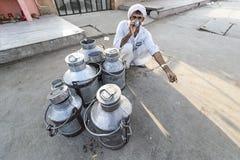 Jaipur Indien-September 09, 2015: Dagliga traditionella mjölkar marknad a Royaltyfri Bild