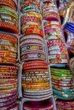 Jaipur Indien - September 20, 2017: Färgglade indiska handledarmband som staplas i högar på skärm på en shoppa Royaltyfria Foton